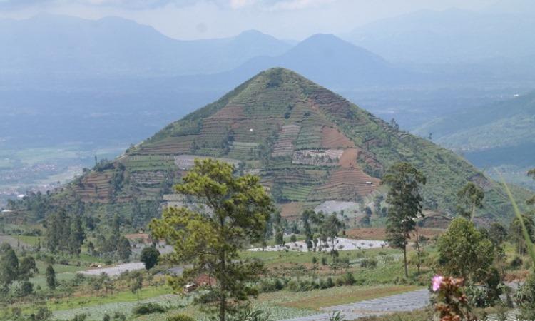 Gunung Piramida Sadahurip