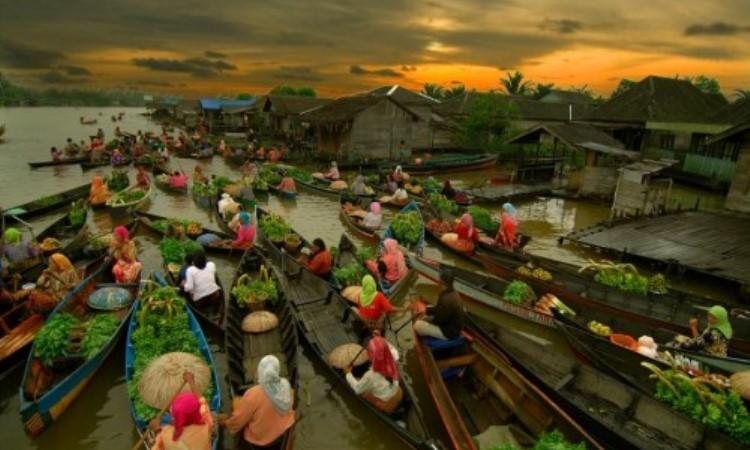 Pasar Terapung Muara Kuin Banjarmasin