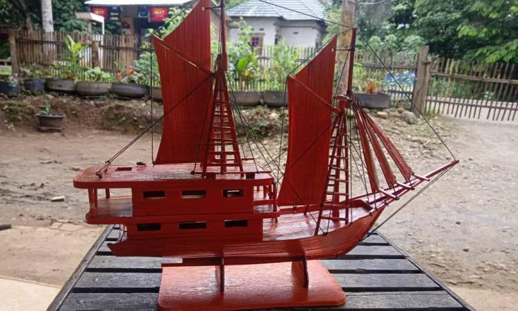 Miniatur Perahu Pinisi